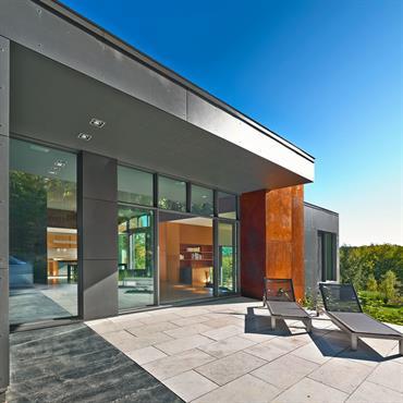 La maison ouvre sur une vaste terrasse