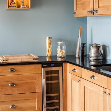 Cuisine avec mur gris et meubles en bois, pour un look moderne