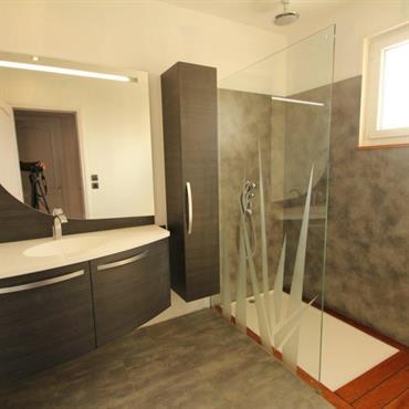 Des salles de bains design ,modernes et surtout : adaptées aux besoins du client.