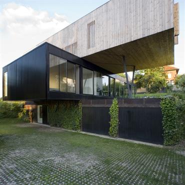 Maison constitué de deux volumes, en bois et en acier