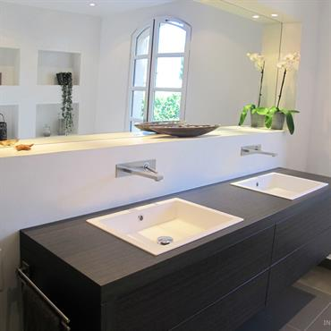 Double meuble vasque suspendu, en bois gris foncé.