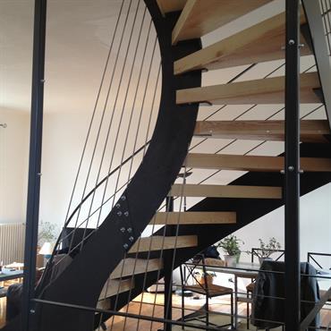 Élément central de cette maison entièrement rénovée, l' escalier harpe....