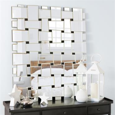 Laissez-vous séduire par l'esthétique design du miroir Etincelles. Ce grand miroir se compose de bouts de miroirs entrelacés sur une structure en bois. Original, ce miroir moderne attirera l'œil dans ...