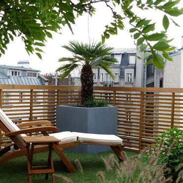 Petit jardin de ville avec clôture en bois, terrasses et gazon