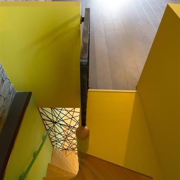 On associe l'ancien et le moderne avec la pierre, le jaune et le fer travaillé