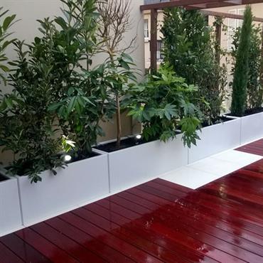 Aménagement d'une terrasse en parquet reflets rouges