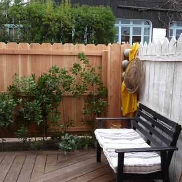 Banc en bois sur la terrasse