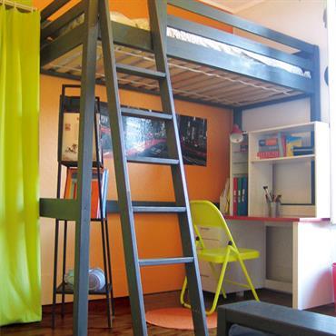 Optimisation de l'espace dans cette chambre mixte avec un lit en hauteur