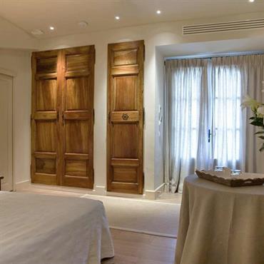 Chambre au look campagnard, en blanc et bois