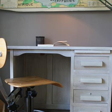 Coin studieux esprit écolier dans une chambre d'ado avec bureau