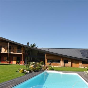 Maison contemporaine mixte brique et bois avec toiture zinc
