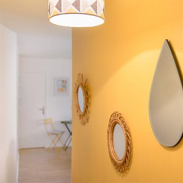 Couloir au mur jaune