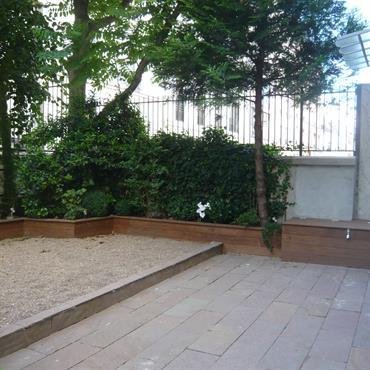 Petit jardin clos avec bordures et coffre en bois