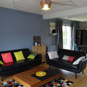 Salon contemporain et coloré avec un mur bleu-gris