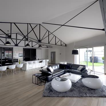 La grande pièce à vivre ouvrant sur la terrasse.