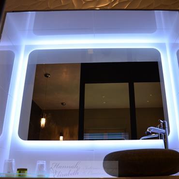 Salle de bain moderne avec lavabo pierre