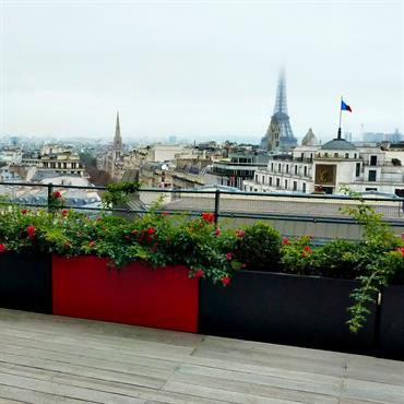 Terrasse moderne sur les toits de Paris