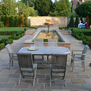 Dans ce jardin, le bassin central et l'effet de terrasse révèlent la référence au jardin andalou. Le pourtour de la parcelle est végétalisé d'arbustes de différentes couleurs, tailles et textures ...