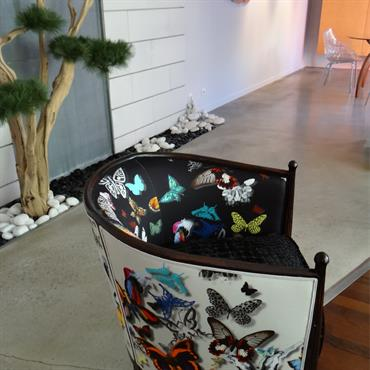 Ambiance végétale dans les détails. Tapisserie d'ameublement avec motif de papillons, arbuste intérieur, galets et décoration murale sont mis en exergue par les revêtements lisses et sobres. Béton ciré au ...
