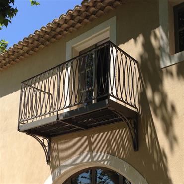 Balcon avec garde-corps en fer forgé