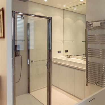 Salle de bain blanche avec douche et baignoire
