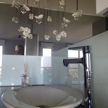 Création d'un espace salle de bain dans la chambre - meuble vasque design et épuré - Décoration texture Designed by G.