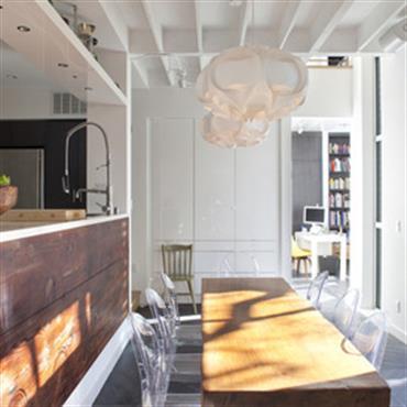 Salle à manger lumineuse. Le bois réchauffe l'atmosphère.