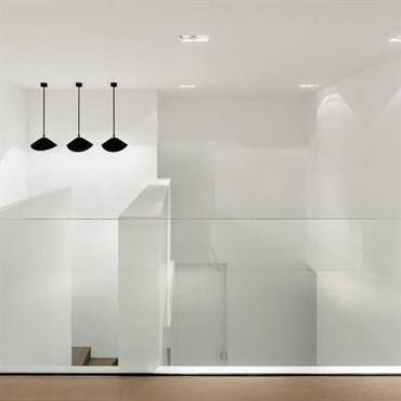 Mezzanine minimaliste et contemporaine, garde-corps dématérialisé en verre
