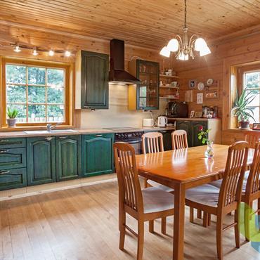 Cuisine - salle à manger moderne, revêtements et mobilier en bois huilé ou teinté