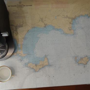 Machine à café sur carte marine