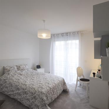 Total look blanc pour la chambre d'adolescente de la fille ainée de la famille.