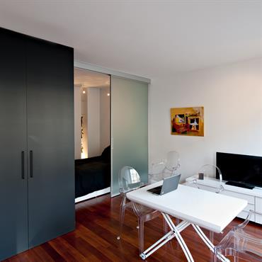 L'écrin noir regroupe sur 3,93m2 la cuisine, la salle d'eau et les toilettes. Il délimite tout les espaces du studio : l'entrée, la pièce de vie, et l'espace de couchage. ...