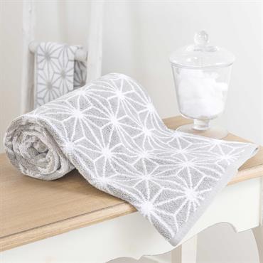Entièrement réalisée en coton, la serviette de bain NORDIC vous apportera toute la douceur et le confort nécessaire. Pratique et graphique, ce drap de bain gris et blanc dévoile un ...