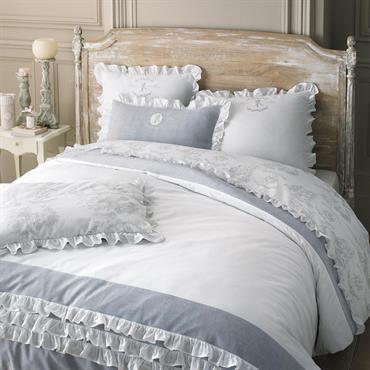 Pour une chambre pleine de douceur, choisissez la parure housse de couette coton Raphaël 260x240 . Cette parure pur coton marie un imprimé toile de Jouy à un chambray gris ...