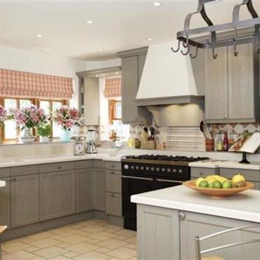 Cuisine moderne, meubles en bois peints en gris.
