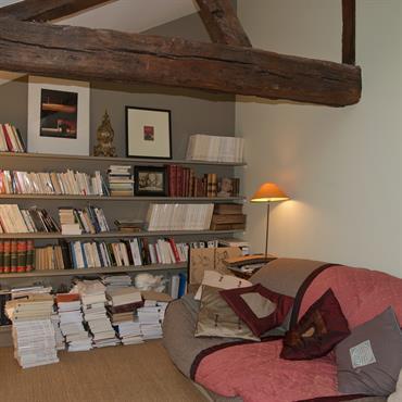 L'annexe en rez de jardin devient un agréable boudoir où l'on peut s'isoler pour lire ou regarder la télévision.