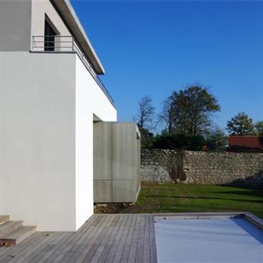 Villa contemporaine en béton blanc et gris clair. Jeu de volumes