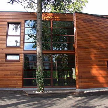 Simplicité des lignes, ouverture vers la nature et noblesse des matériaux naturels font de cette maison contemporaine un havre de paix.