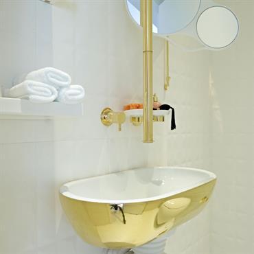Salle de bain en doré et blanc