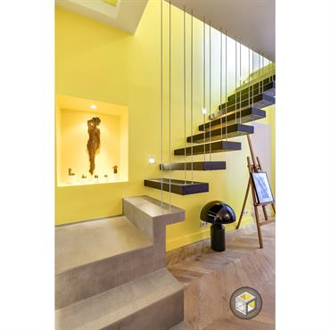Escalier suspendu avec des tiges pour créer un garde corps