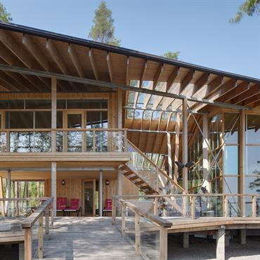 Le toit et la terrasse forment un écrin pour vivre dans la forêt, face au lac.