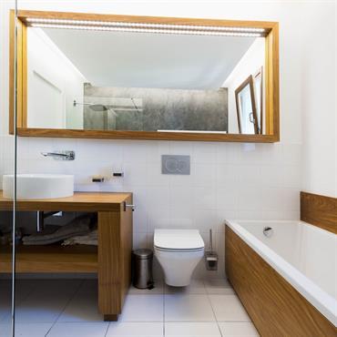 Réaménagement d'une salle de bain avec mobilier en bois