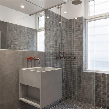 Projet de salle de bain, Vasque Cube en Beton Lege® de 480x480x480 en finition minérale lisse, teinte 506 – Gris moyen