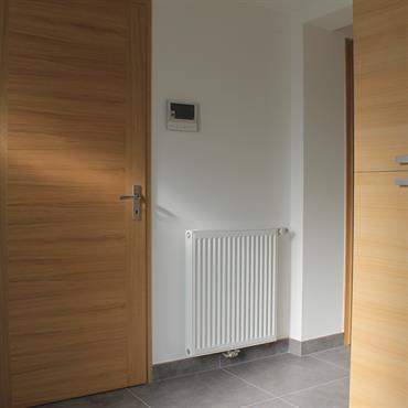 Création d'un hall d'entrée avec placards sur mesure dans une ancienne villa