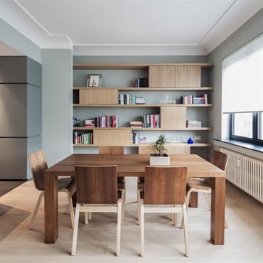 Bibliothèque sur mesure en bois brossé dans la salle à manger