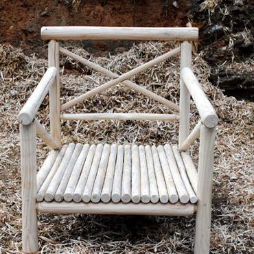 Fauteuil en bois de châtaignier écorcé, naturellement durable.