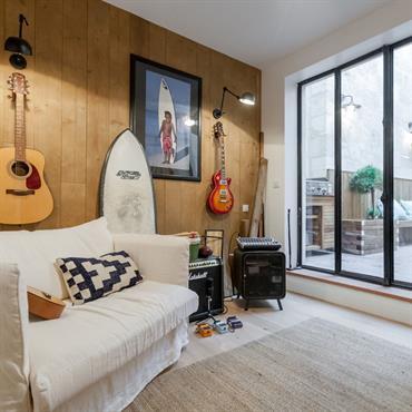 Ambiance surf et rock'n'roll dans cette chambre au mur en bois