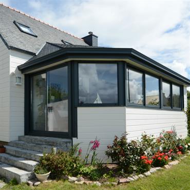 Extension surélevée avec toiture en ardoise