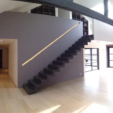 Pièce à vivre lumineuse, escalier minimaliste noir
