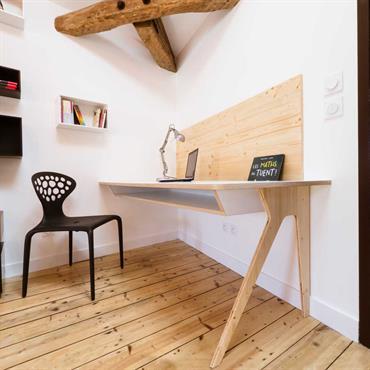 Bureau avec parquet et bibliothèque déstructurée - Vue rapprochée